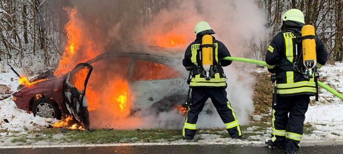Feuerwehr Eigeltingen löscht brennendes Auto