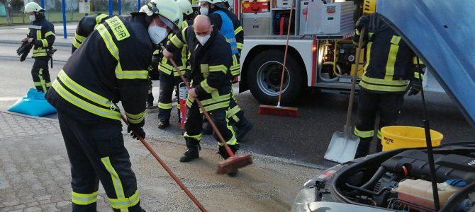 Ölwehr nach Unfall auf Eigeltinger Hallenparkplatz